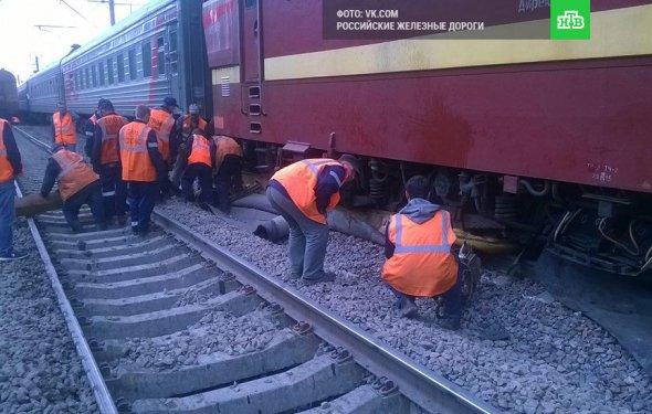 Пассажиры остаются внутри попавшего в аварию в Ленобласти поезда