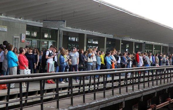 В борьбе за место в вагоне метро пассажиры идут против правил