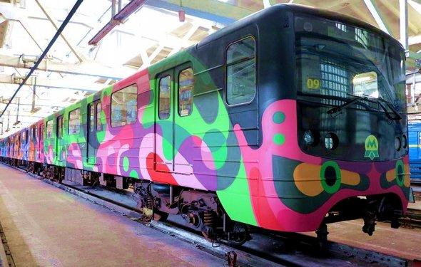 В Украине запускают красочные поезда-муралы